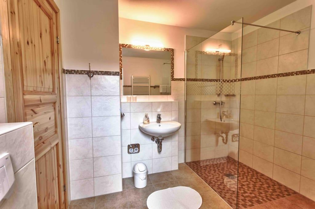 bild bad mit walk inn dusche und fu bodenheizung zu haus stoertebecker appartements garni in. Black Bedroom Furniture Sets. Home Design Ideas