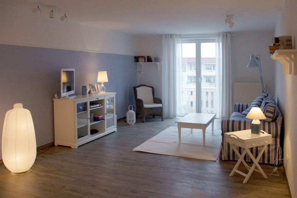 bild ber 30 qm wohnzimmer mit offener k che und essecke zu k hlungsborner ferienwohnung nr. Black Bedroom Furniture Sets. Home Design Ideas