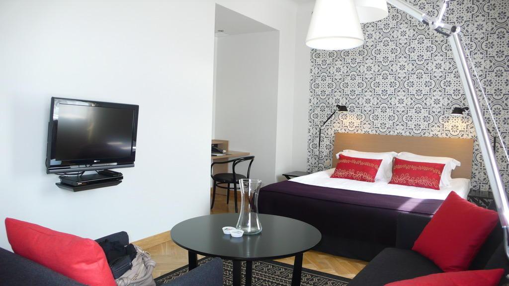 bild bett schreibtisch in nische zu hotel neiburgs hotel in riga. Black Bedroom Furniture Sets. Home Design Ideas