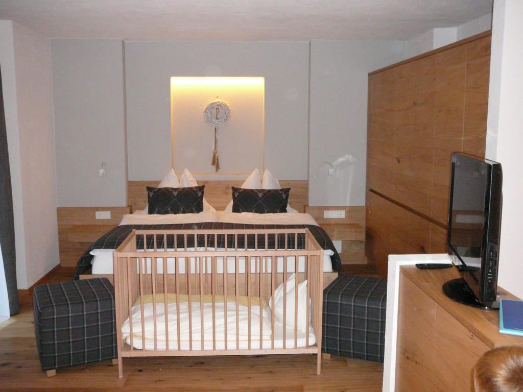 bild elternschlafzimmer mit babybett zu familienhotel feuerstein in brenner. Black Bedroom Furniture Sets. Home Design Ideas