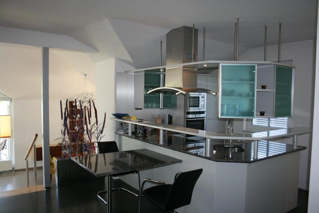 bild moderne offene k che f r kochbegeisterte zu ferienwohnung sommer in seeboden. Black Bedroom Furniture Sets. Home Design Ideas