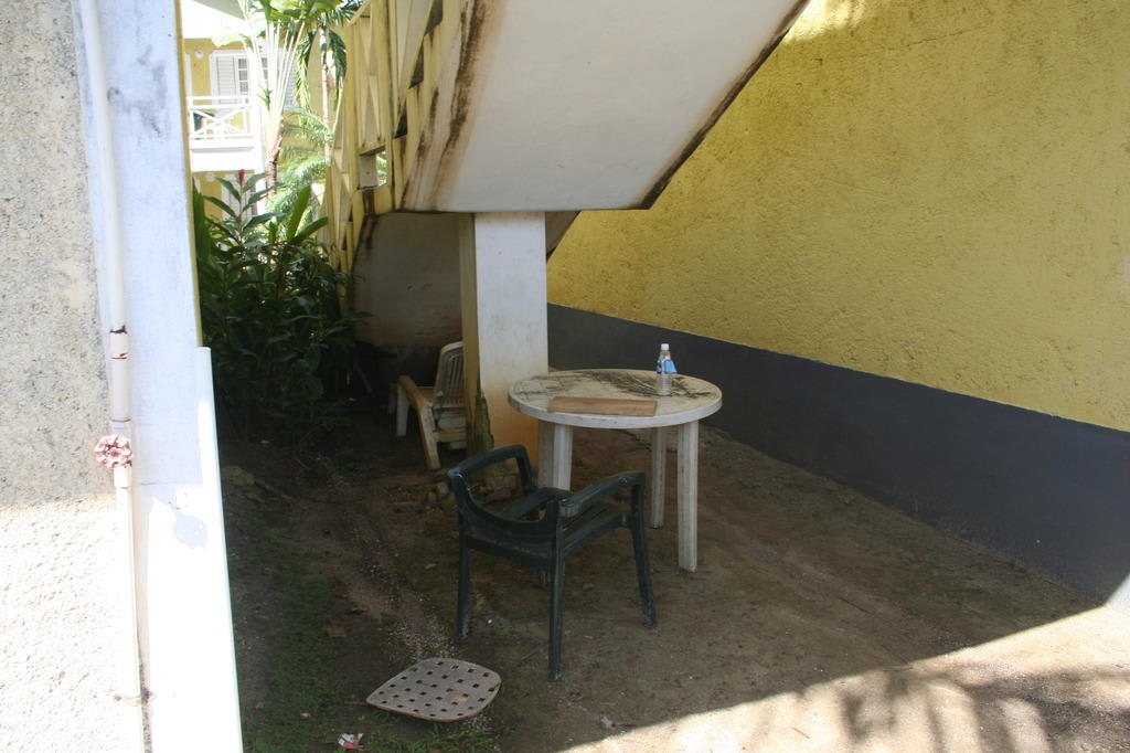 bild unter der zweiten treppe links im gel nde zu merril 39 s beach resort ii in negril. Black Bedroom Furniture Sets. Home Design Ideas
