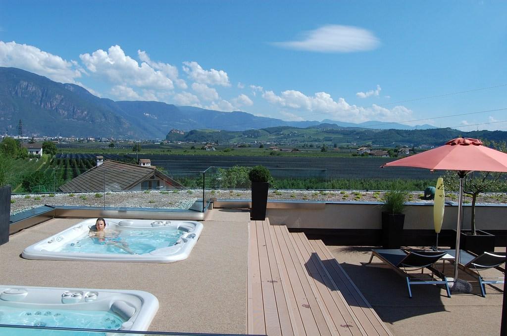 Bild whirlpools auf der dachterrasse zu art design for Design hotels skiurlaub