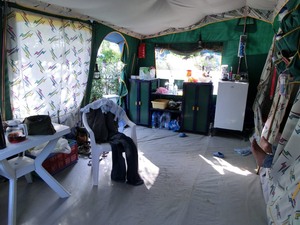 bild zelt von innen blick auf die k che zu camping laguna village in caorle. Black Bedroom Furniture Sets. Home Design Ideas