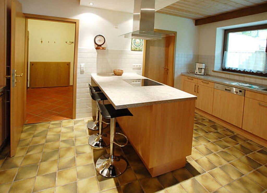 bild k che mit barhocker kochinsel zu ferienhaus edelweiss in bischofswiesen. Black Bedroom Furniture Sets. Home Design Ideas