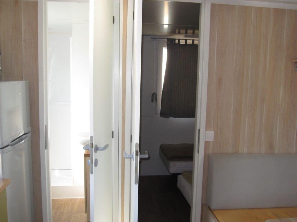 bild t r zum 2 schlafzimmer und zum 2 wc mit dusche zu. Black Bedroom Furniture Sets. Home Design Ideas