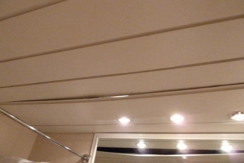 bild deckenverkleidung im bad h ngt runter zu dessole pyramisa sharm el sheikh resort in shark bay. Black Bedroom Furniture Sets. Home Design Ideas