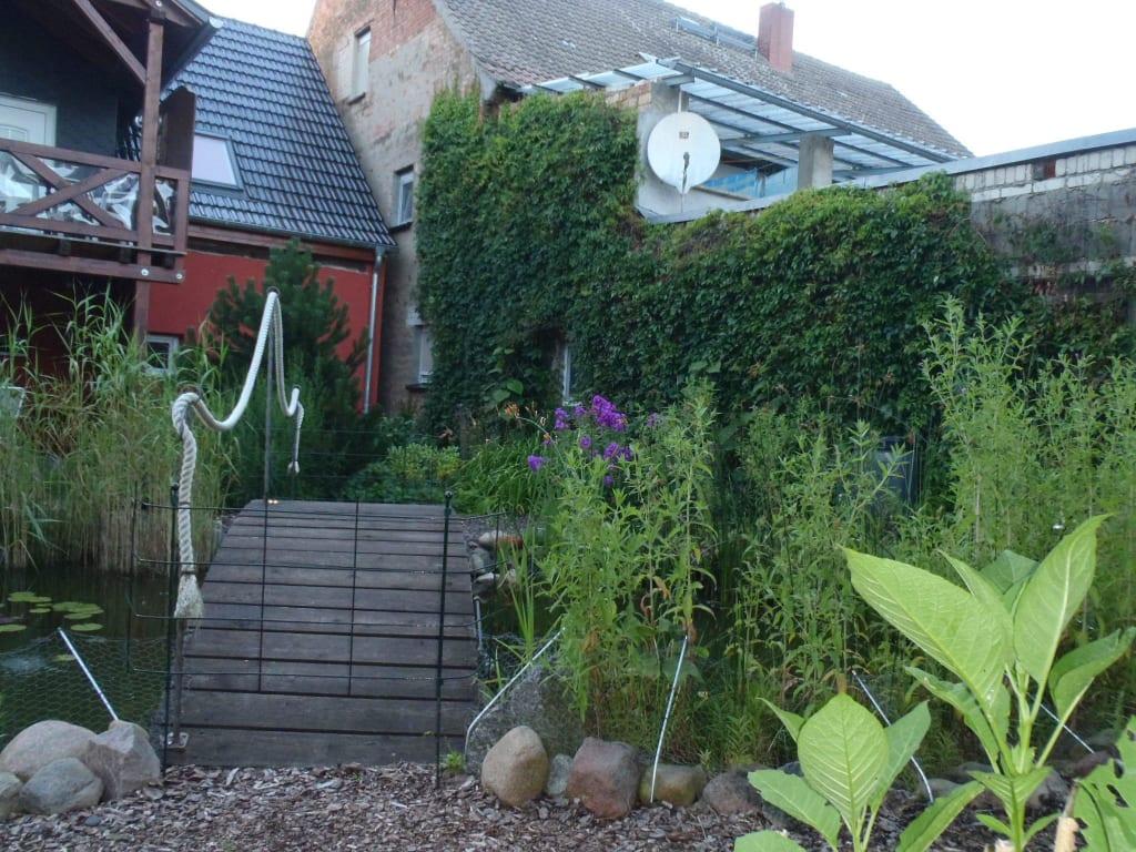 Gartenteich mit brucke und bachlauf
