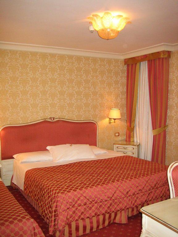 bild sch ne zimmereinrichtung zu hotel antiche figure in venedig. Black Bedroom Furniture Sets. Home Design Ideas