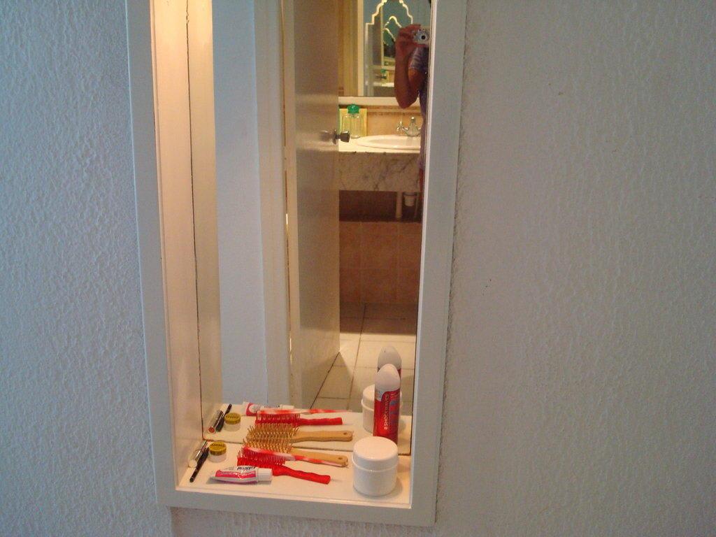 bild nische im zimmer mit spiegel zu hotel marhaba salem. Black Bedroom Furniture Sets. Home Design Ideas