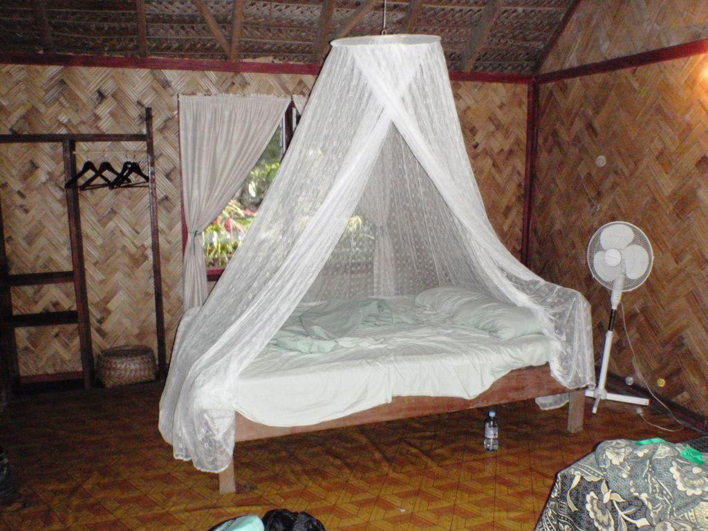 Bild bett mit moskitonetz zu tanna evergreen bungalows for Moskitonetz bett ikea