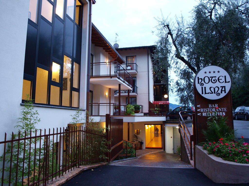 Bild eingangsbereich zu hotel ilma in limone for Modernes familienhotel