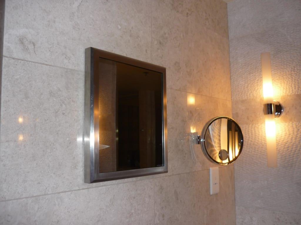 bild fernseher im badezimmer zu hotel the ritz carlton dubai international financial centre. Black Bedroom Furniture Sets. Home Design Ideas