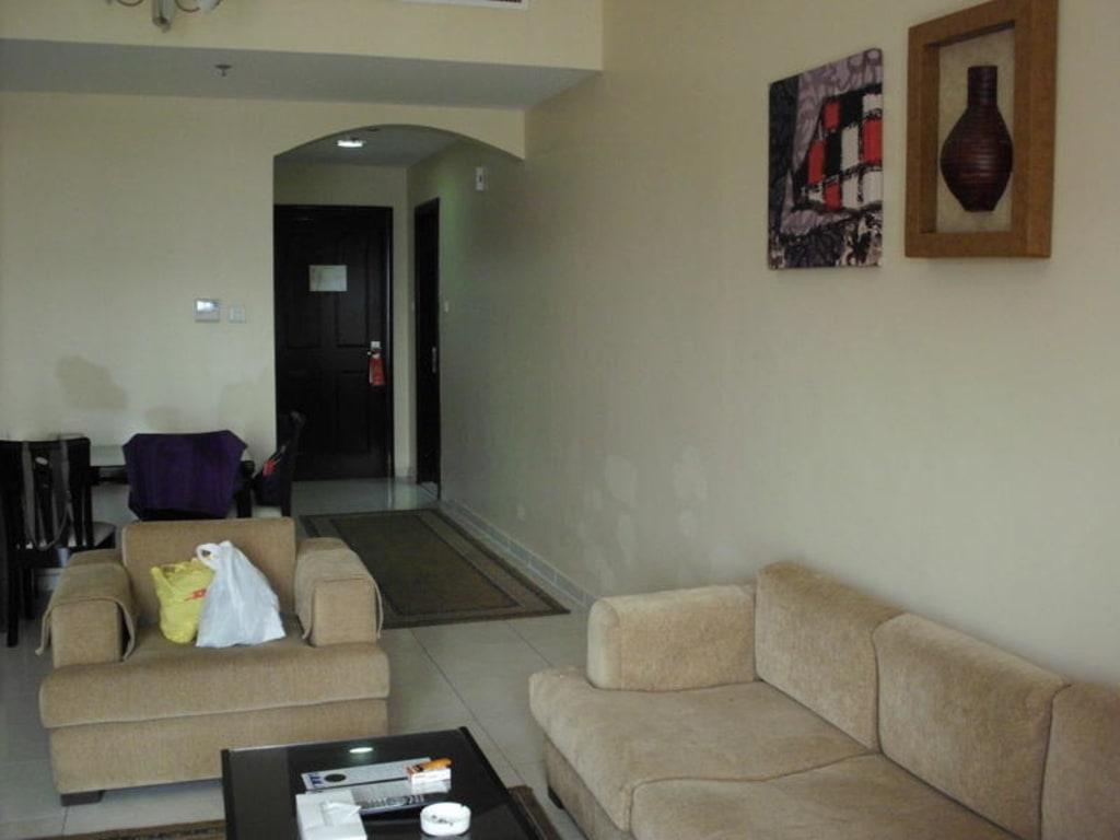 bild wohnzimmer mit sitzgruppe und e tisch zu emirates stars hotel apartments dubai in dubai. Black Bedroom Furniture Sets. Home Design Ideas