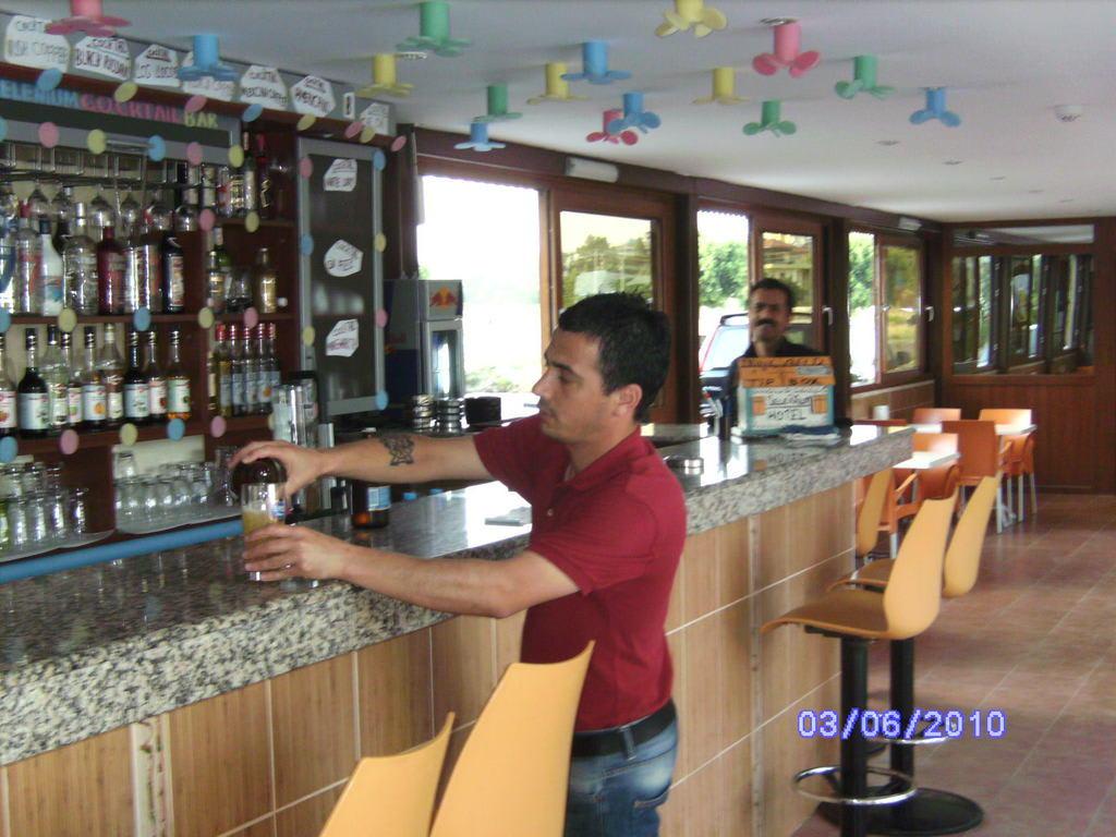 Bild kinyaz der tolle kellner zu hotel selenium in side for Tolle hotels