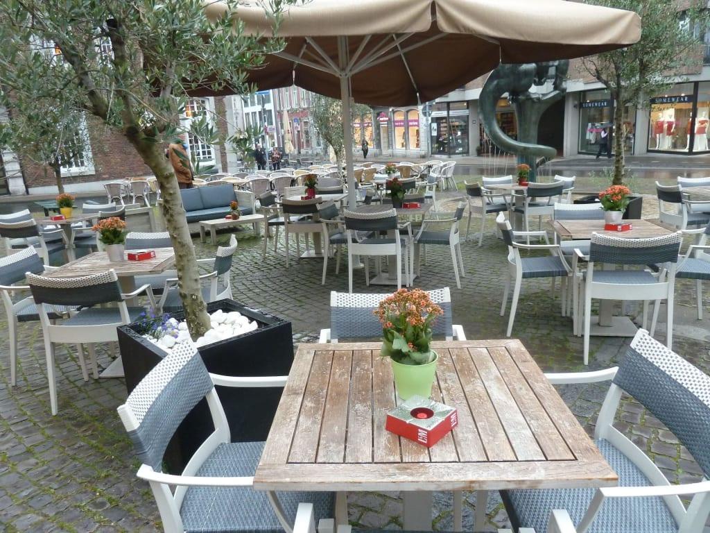 bild gro e terrasse zu restaurant livingroom in aachen. Black Bedroom Furniture Sets. Home Design Ideas
