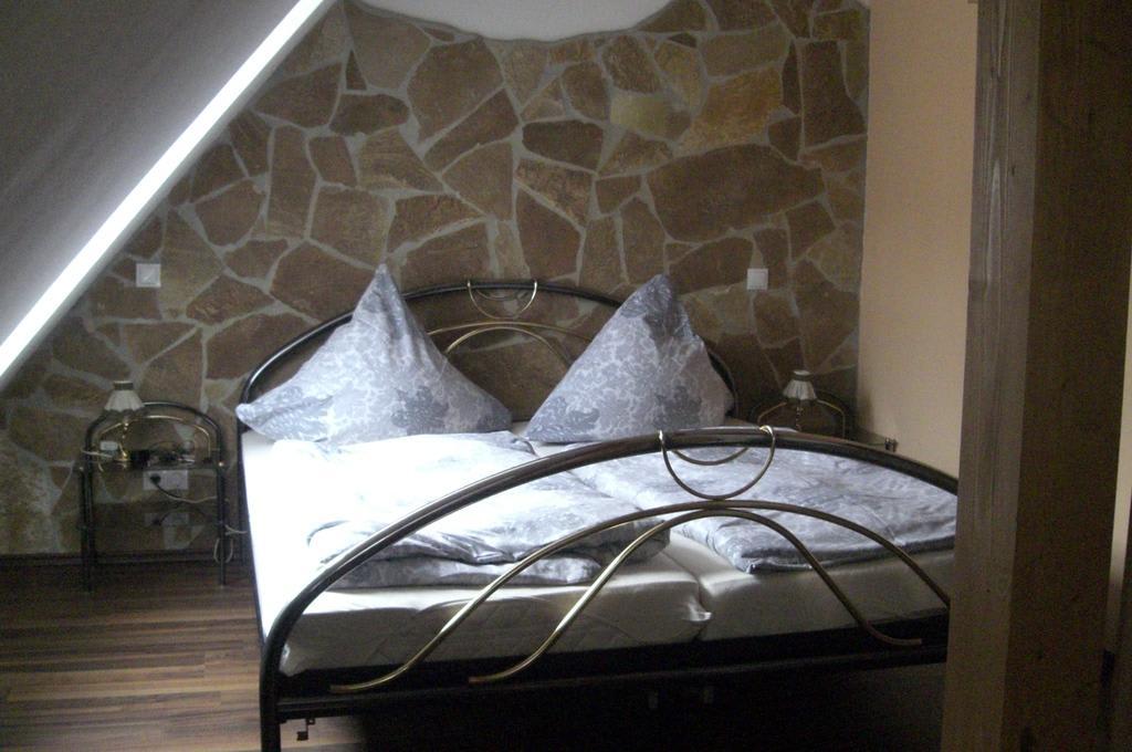 bild hotelzimmer zu hotel kleine villa rose in eltville. Black Bedroom Furniture Sets. Home Design Ideas