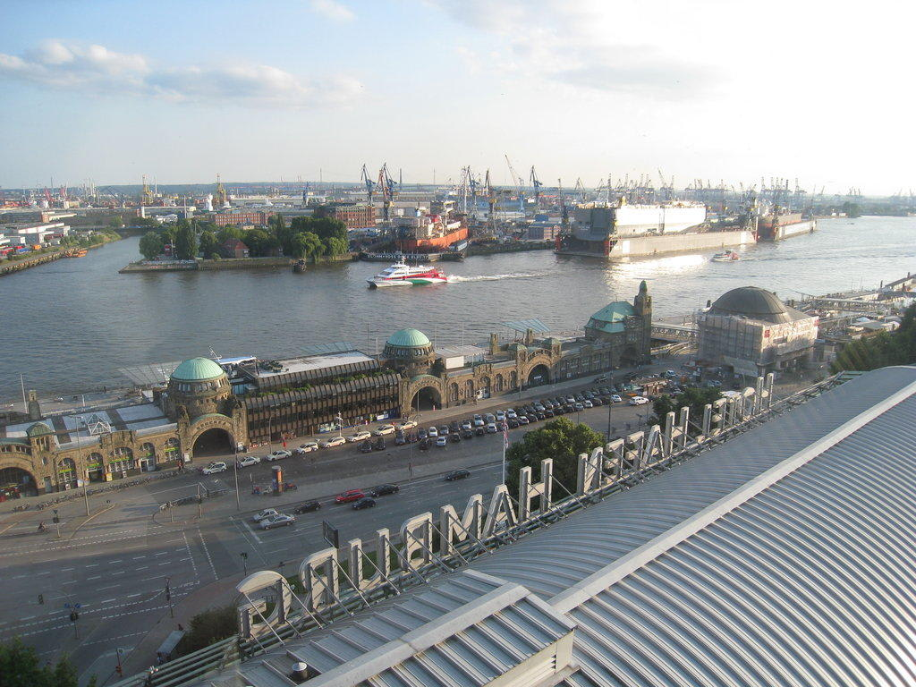 bild ausblick zu hotel hafen hamburg in hamburg. Black Bedroom Furniture Sets. Home Design Ideas