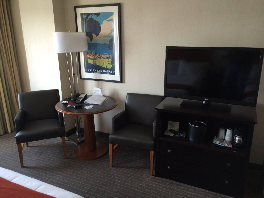 bild helles zimmer dunkle m bel zu hotel holiday inn express suites san francisco fisherman. Black Bedroom Furniture Sets. Home Design Ideas