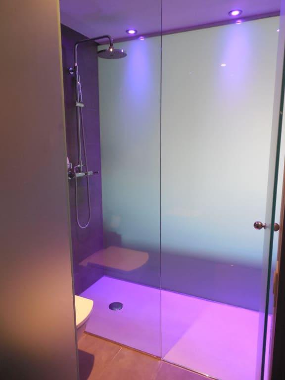 bild dusche und wc jeweils hinter satiniertem glas zu. Black Bedroom Furniture Sets. Home Design Ideas