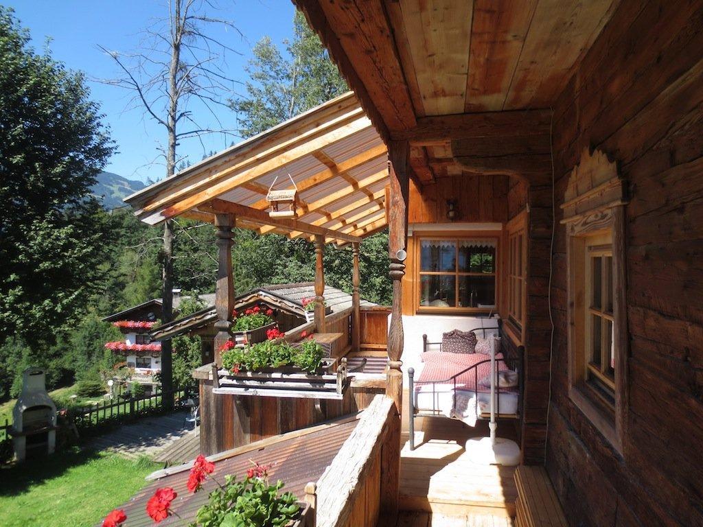 bild balkon kuschelsuite mit bett im freien zu bergchalets klausner in ramsau zillertal. Black Bedroom Furniture Sets. Home Design Ideas