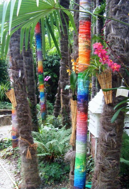 Bild Bemalte Bäume Zu Botanischer Garten André Heller In Gardone