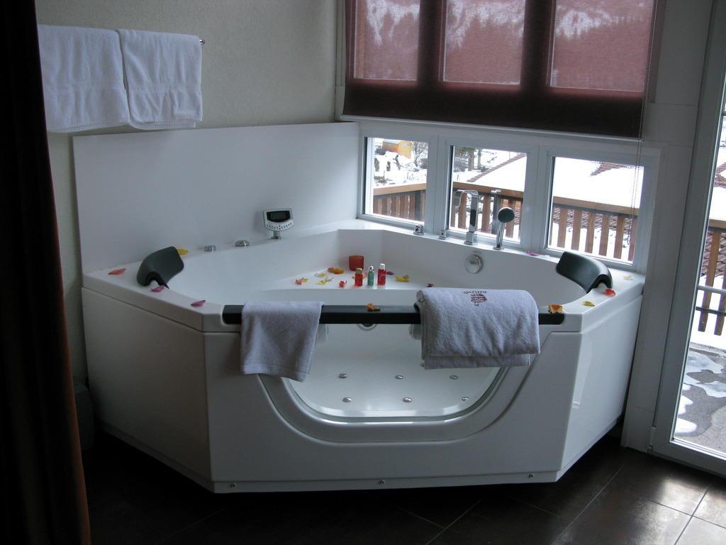 Romantisches Hotelzimmer Mit Whirlpool ~ Bild Ausfahrbarer Whirlpool zu Hotel Adler in Kandersteg