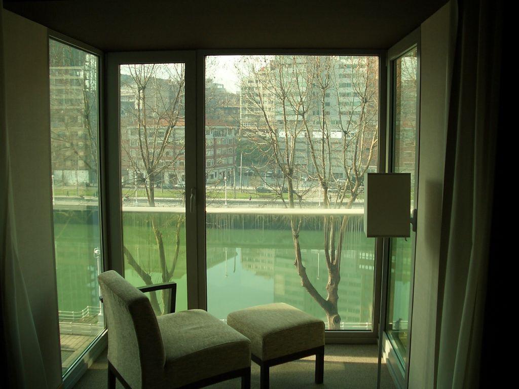 bild kleiner wintergarten zu hotel hesperia bilbao in bilbao. Black Bedroom Furniture Sets. Home Design Ideas