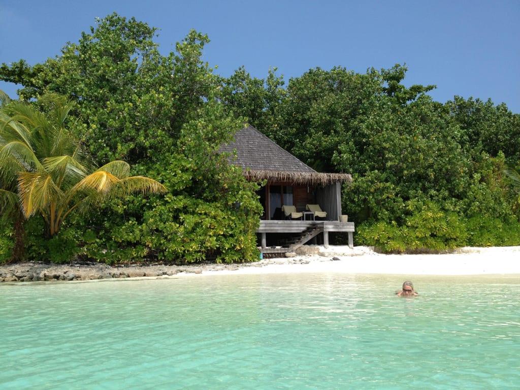 bild der strand bungalow zu gangehi island resort in ari. Black Bedroom Furniture Sets. Home Design Ideas