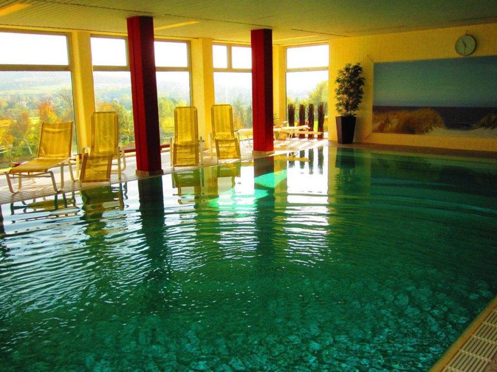 bild schwimmbad im sonnenschein zu landhotel betz in bad soden salm nster. Black Bedroom Furniture Sets. Home Design Ideas