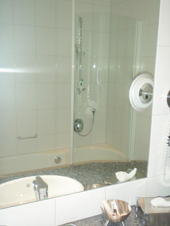 bild badezimmer mit badewanne und integrierter dusche zu parkhote. Black Bedroom Furniture Sets. Home Design Ideas