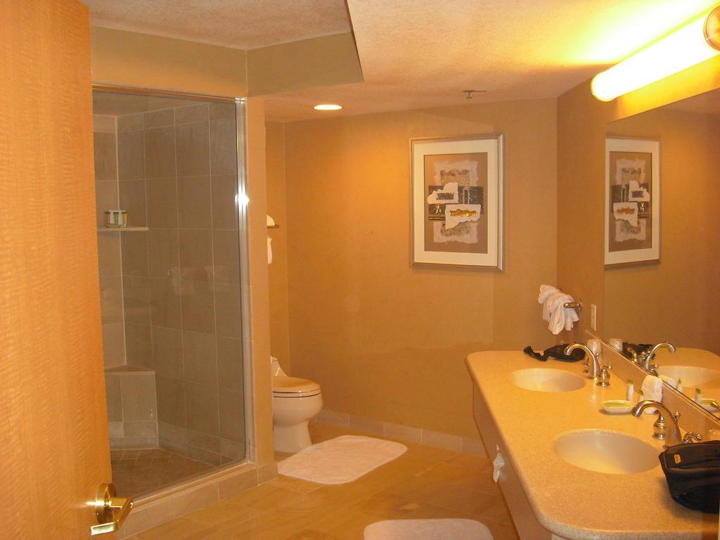 Bild badezimmer mit zwei waschbecken zu stratosphere hotel casino in las vegas - Badezimmer zwei waschbecken ...