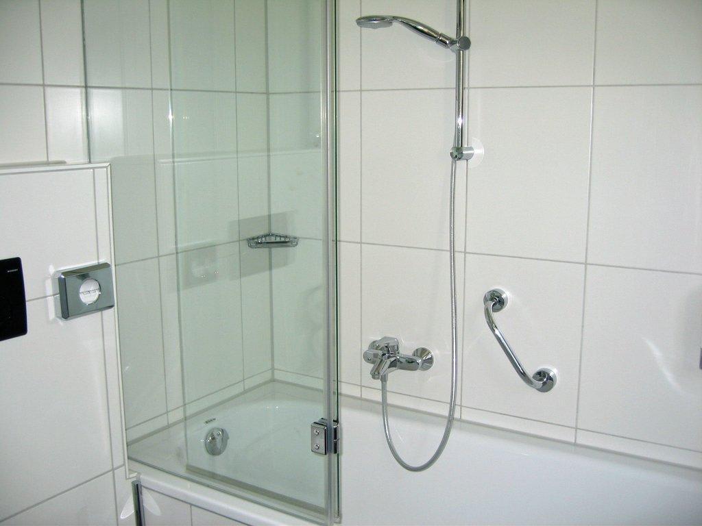 dichtlippe duschwand badewanne kreative ideen f r innendekoration und wohndesign. Black Bedroom Furniture Sets. Home Design Ideas