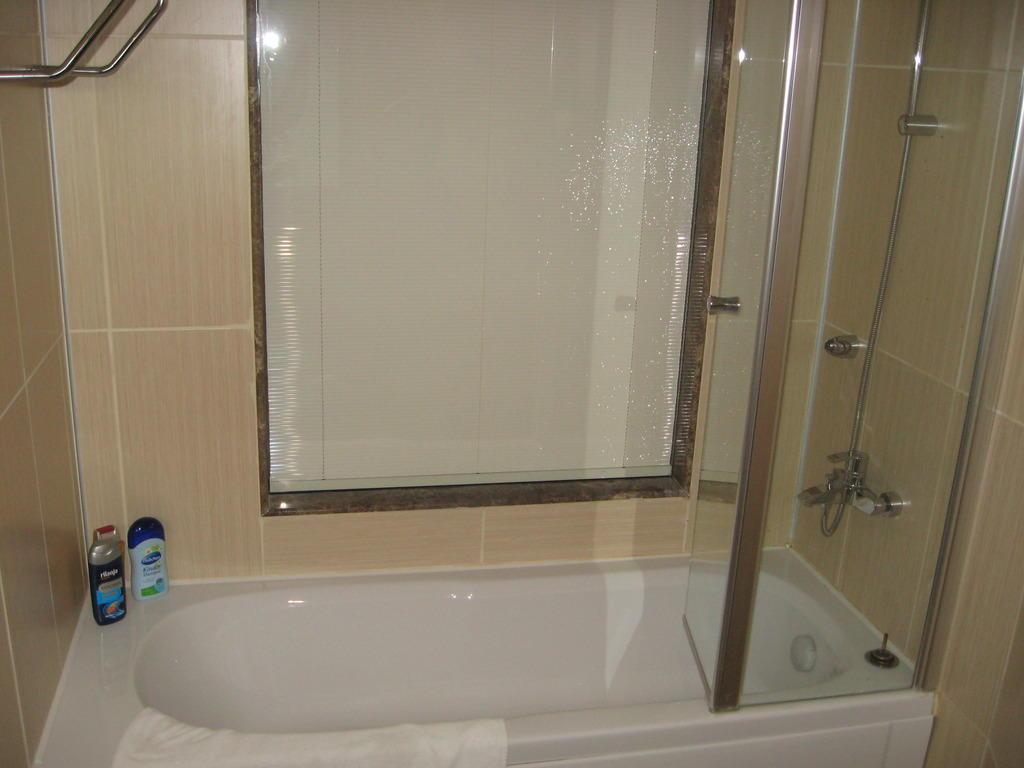 bild bad mit fenster mit sichtschutz zum zimmer zu saphir hotel in alanya konakli. Black Bedroom Furniture Sets. Home Design Ideas