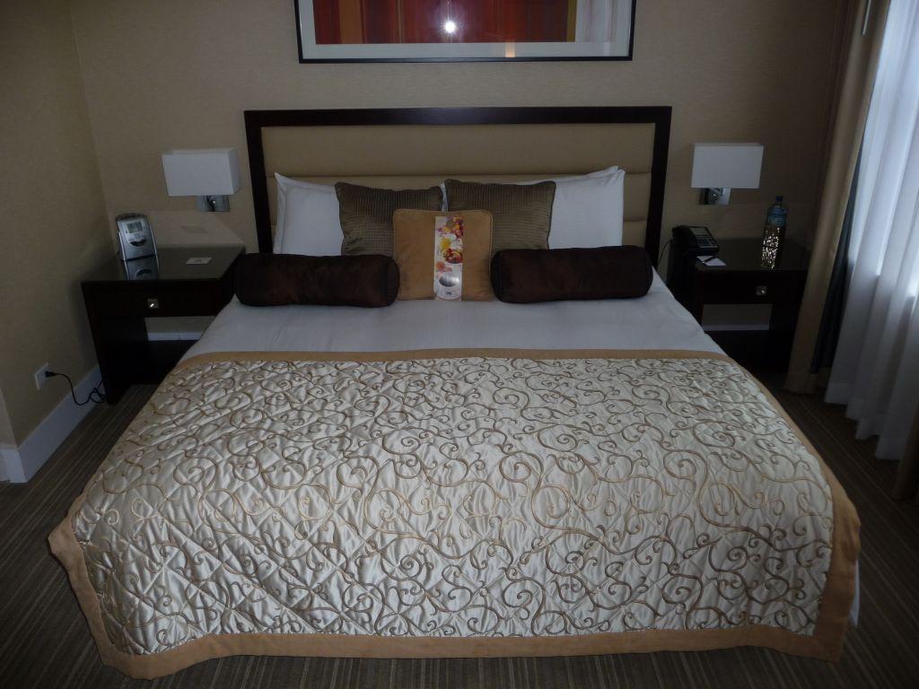 bild king bett in der grand suite zu hotel raffaello in chicago. Black Bedroom Furniture Sets. Home Design Ideas