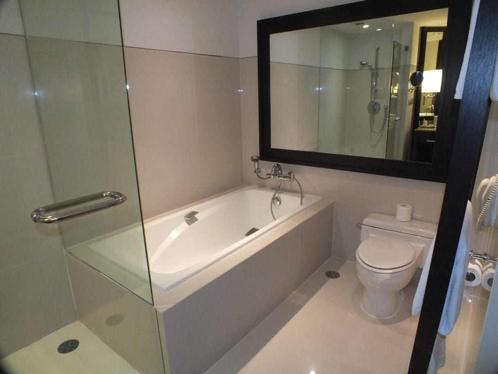 bild bad mit begehbarer dusche und wanne zu millennium hilton bangkok in bangkok. Black Bedroom Furniture Sets. Home Design Ideas
