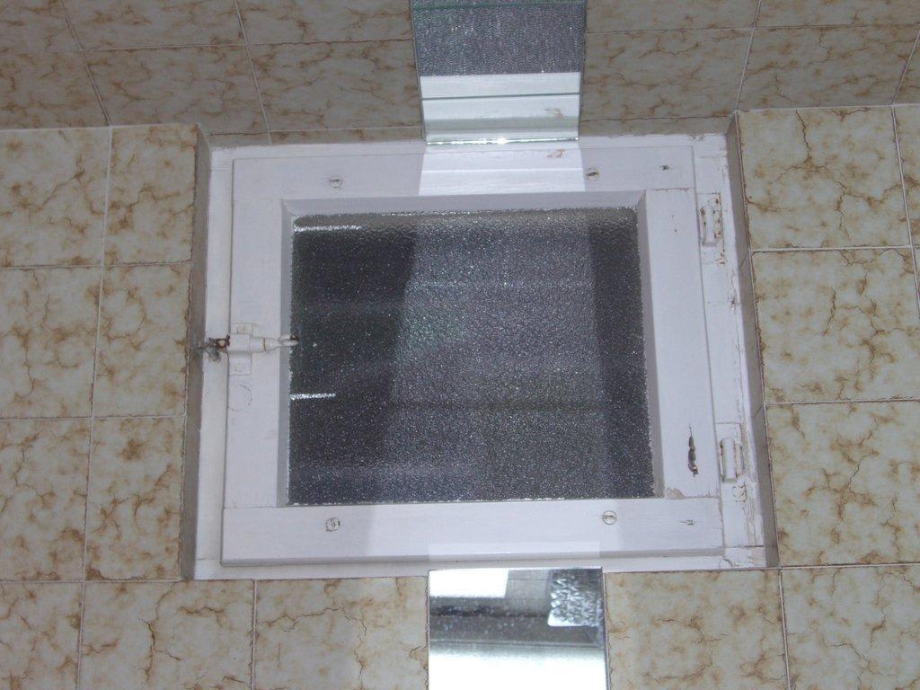 """Dusche Am Fenster : Bild """"Fenster zwischen Dusche (innen) und Hotelflur!"""" zu Hotel Schmied"""