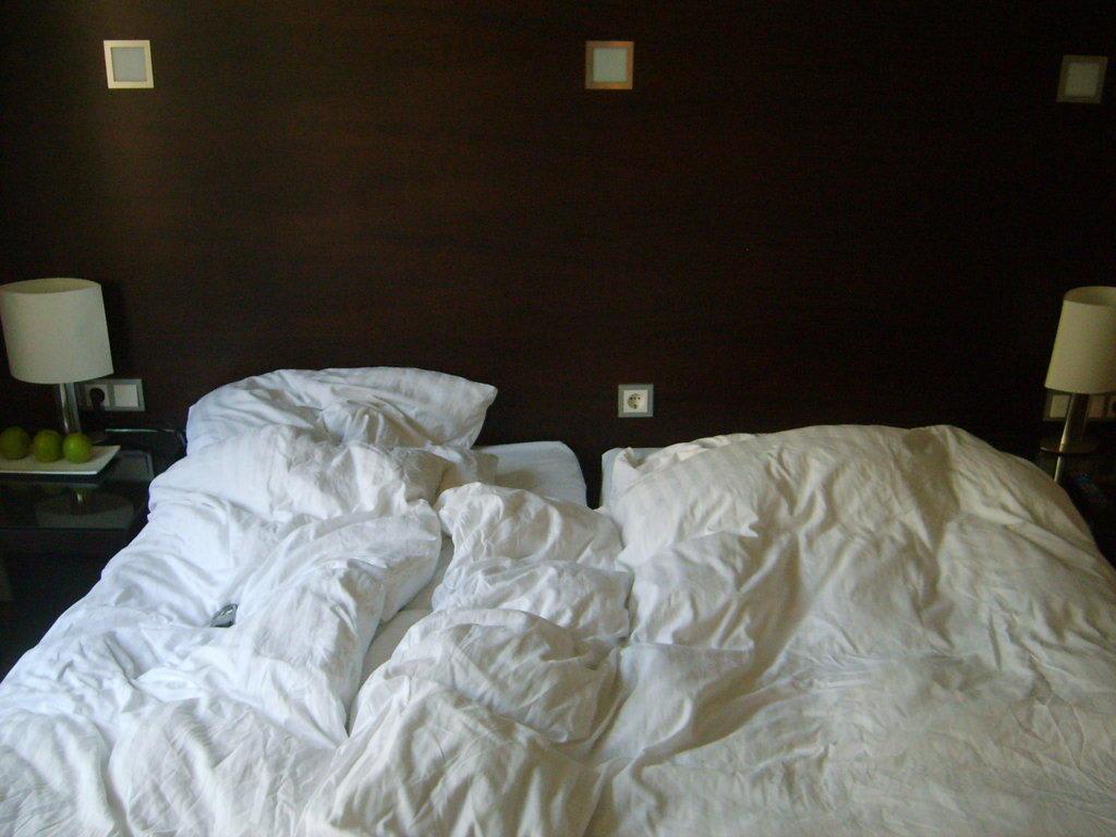 bild bett nach dem aufstehen zu fleming 39 s hotel wien westbahnhof in wien. Black Bedroom Furniture Sets. Home Design Ideas