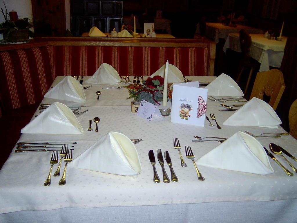 bild sehr sch n gedeckter tisch im restaurant zu hotel kramerhof in kirchdorf. Black Bedroom Furniture Sets. Home Design Ideas