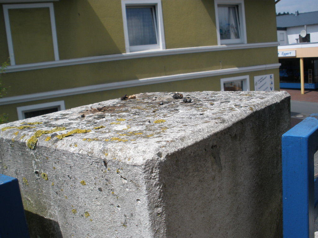 bild viel alter taubenkot am balkon zu hotel zur post in bad rothenfelde. Black Bedroom Furniture Sets. Home Design Ideas