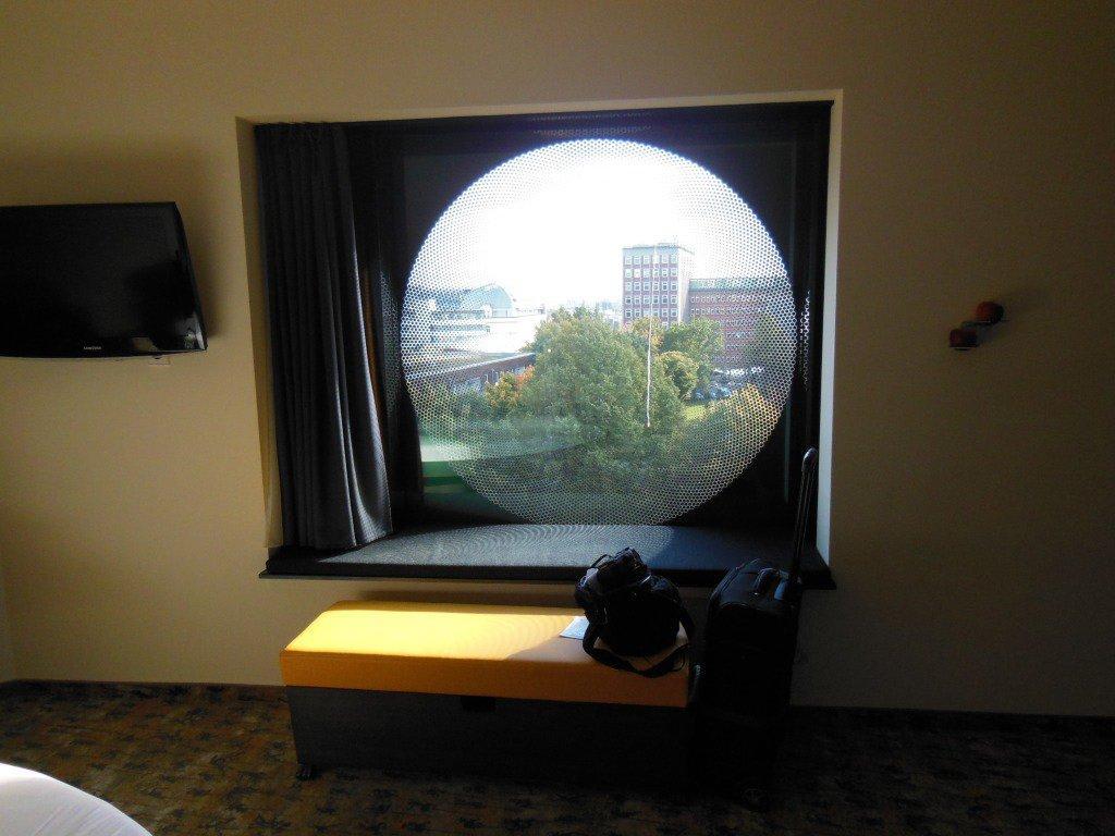 bild bullauge mit fensterbank zum sitzen zu arcotel onyx. Black Bedroom Furniture Sets. Home Design Ideas