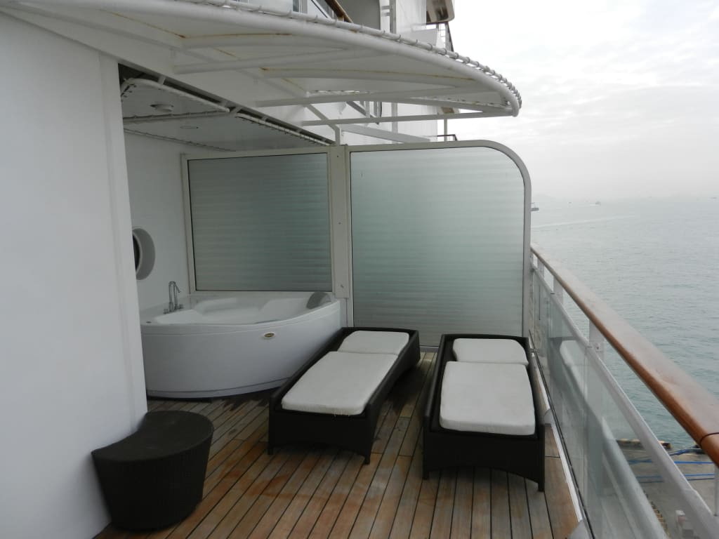terrasse mit whirlpool bild celebrity millennium. Black Bedroom Furniture Sets. Home Design Ideas