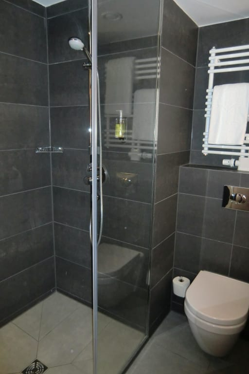 bild bad mit dusche wc und heizbarem handtuchhalter zu dormero hotel stuttgart in stuttgart. Black Bedroom Furniture Sets. Home Design Ideas