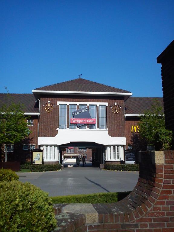 Bild Eingang Zu Designer Outlet Roermond In Roermond