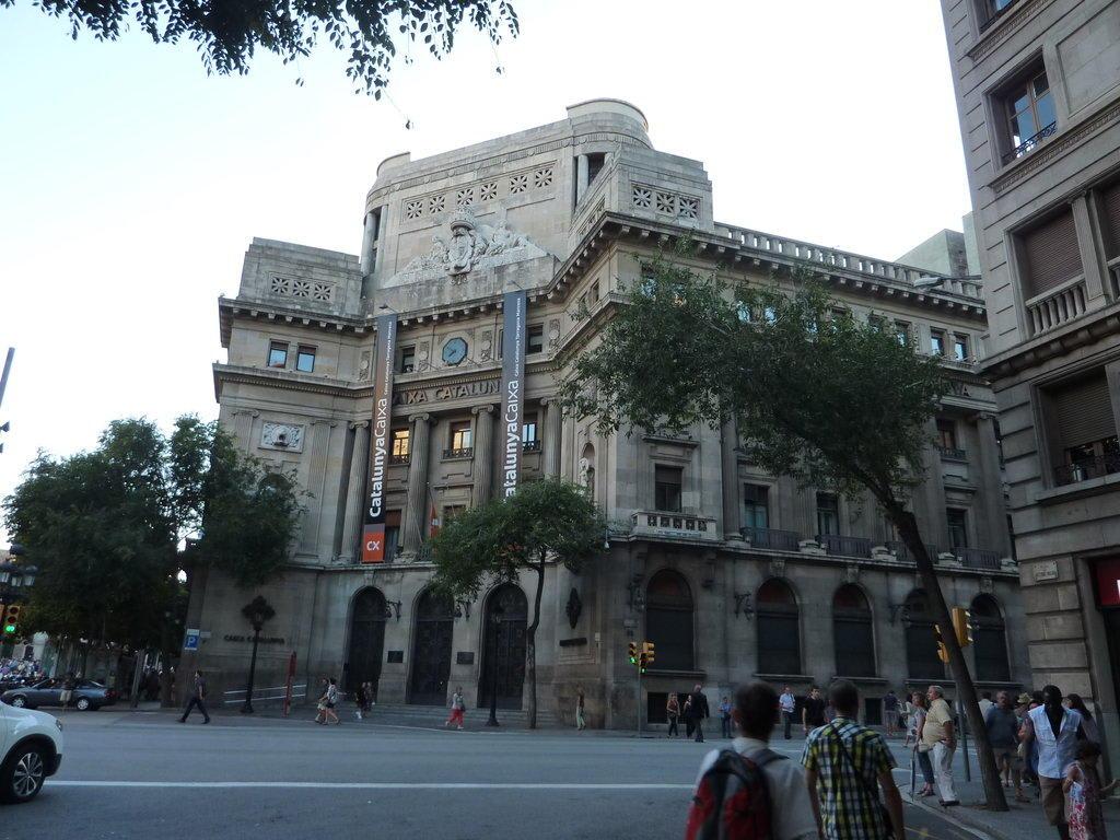 bild catalunya caixa zu altstadt barcelona in barcelona