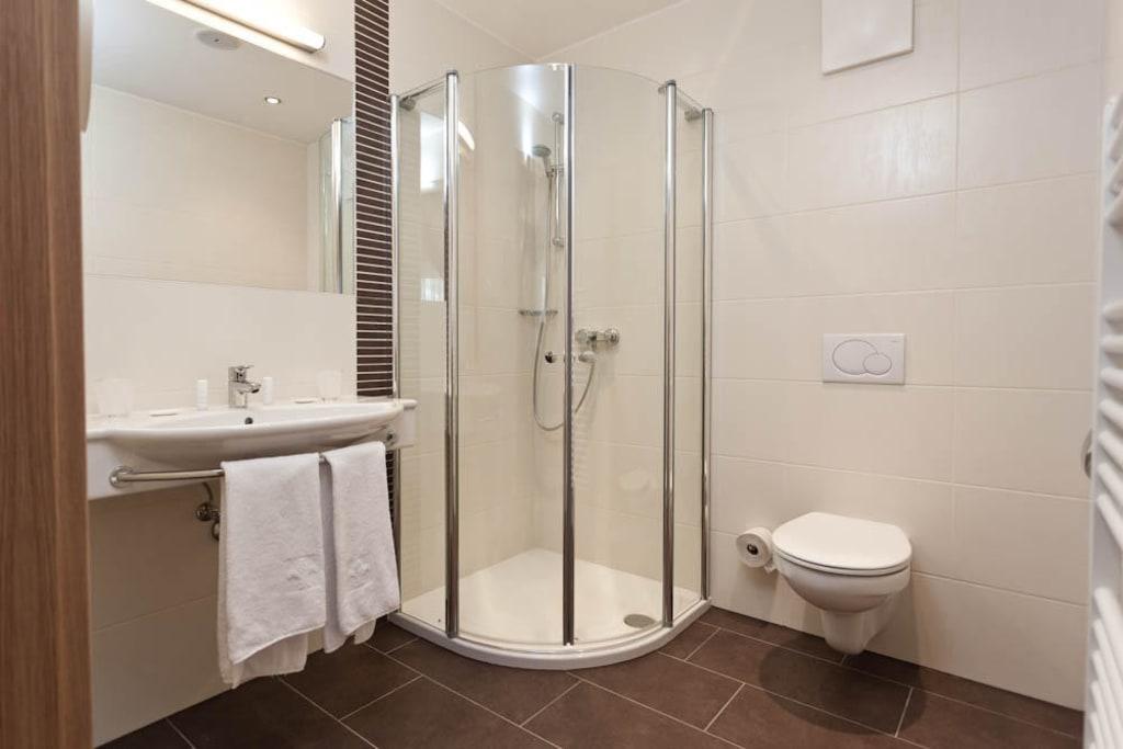 Badezimmer neubau bilder zimmer hotel zirngast - Badezimmer neubau ...