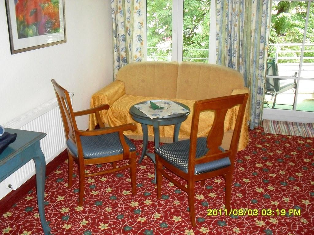 bild die couchecke im zimmer zu hotel haslinger hof in kirchham. Black Bedroom Furniture Sets. Home Design Ideas