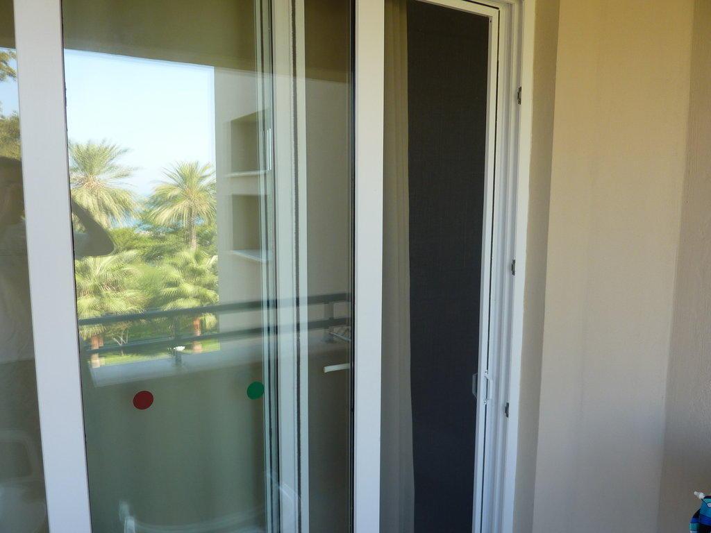 bild balkont r mit fliegent r zu maritim hotel club. Black Bedroom Furniture Sets. Home Design Ideas