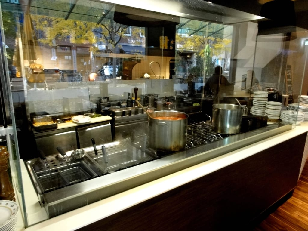 bild die offene k che hinter glas zu restaurant hostaria tano in bremen. Black Bedroom Furniture Sets. Home Design Ideas