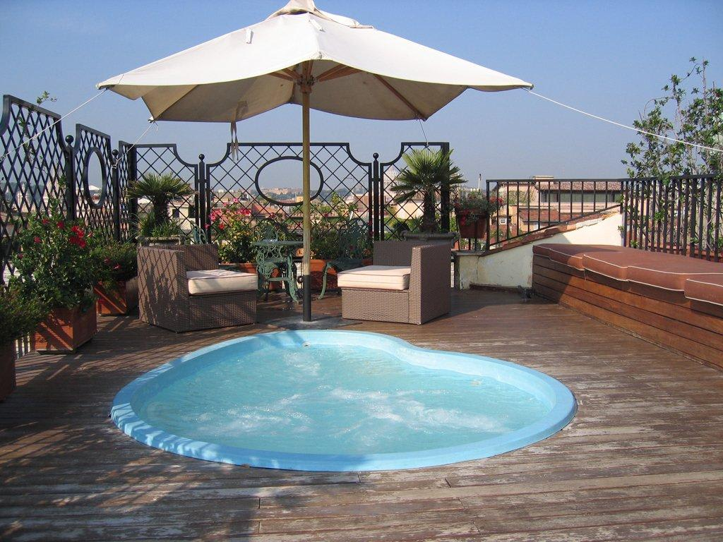 bild dachterrasse mit pool zu hotel colonna palace in rom. Black Bedroom Furniture Sets. Home Design Ideas